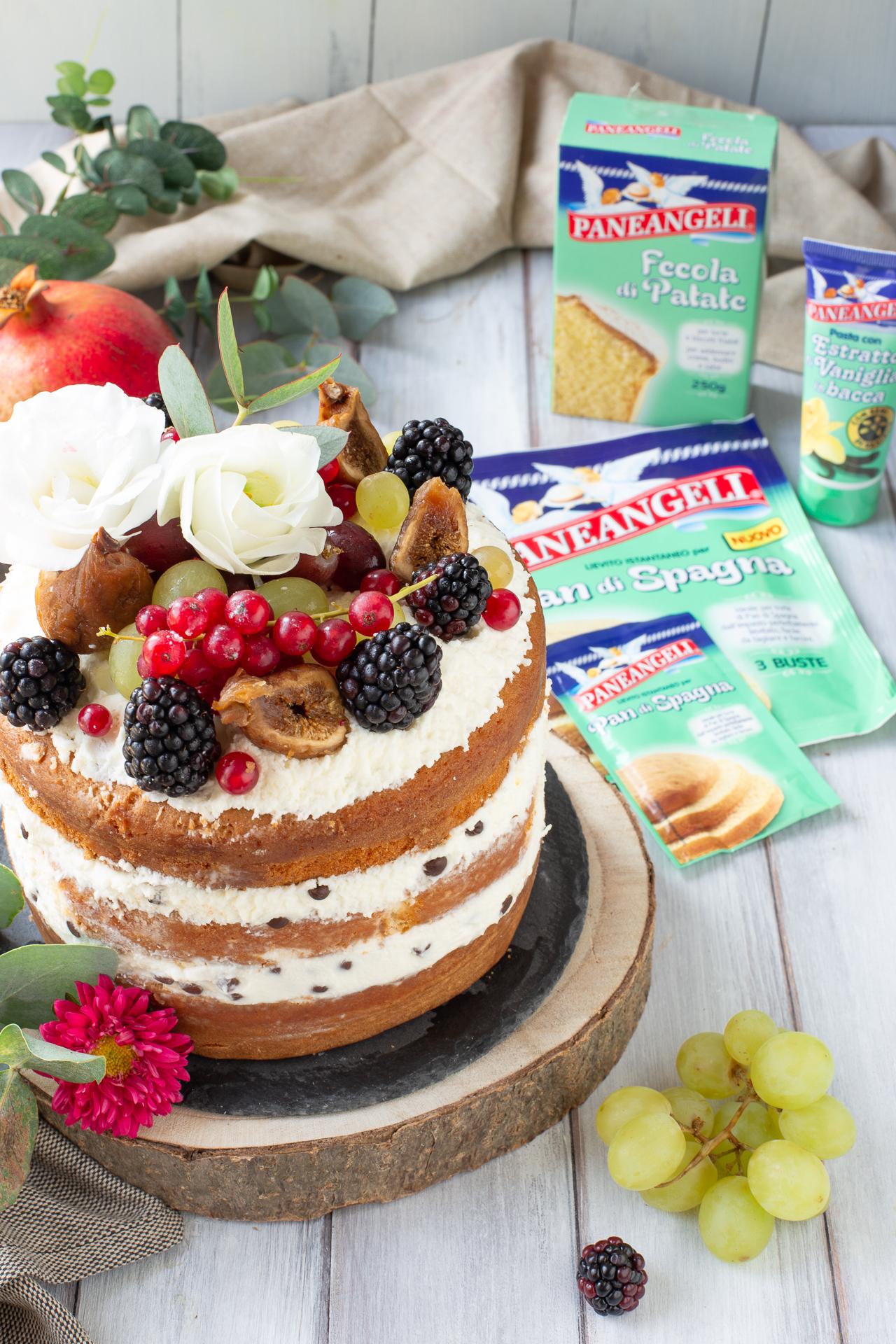 Naked cake al cioccolato con chantilly e frutti di bosco