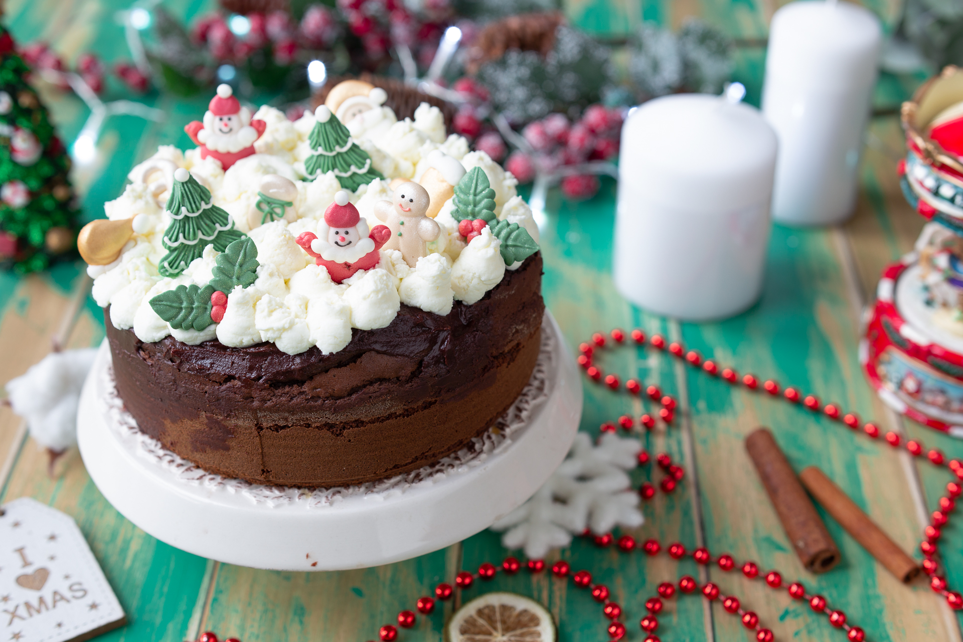 Torte Decorate Per Natale poke cake al cioccolato